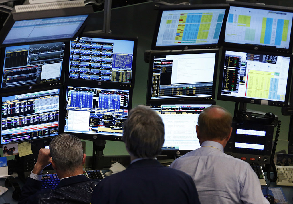 Traders work at Bloomberg terminals on the floor of the New York Stock Exchange, May 13, 2013. Bloomberg LP customers, including the U.S. Federal Reserve and the U.S. Treasury, are examining whether there could have been leaks of confidential information, even as the media company restricted its reporters' access to client data and created a position to oversee compliance in a bid to assuage privacy concerns. Bloomberg has more than 315,000 terminal subscribers globally, with each Bloomberg terminal costing more than $20,000 a year. REUTERS/Brendan McDermid (UNITED STATES - Tags: BUSINESS MEDIA) - RTXZLA1